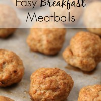 Breakfast sausage bites (or breakfast meatballs) are so easy and fun. Whenever I go to a brunch, people always request I bring things. Almost no time in the kitchen and crowd-pleasing results! | breakfast recipes | breakfast ideas | easy | meatballs